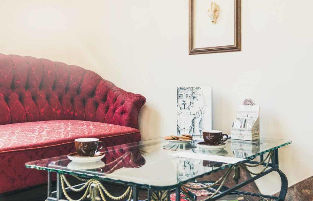 Sofa mit Glastisch für Kundengespräche im Tattootudio